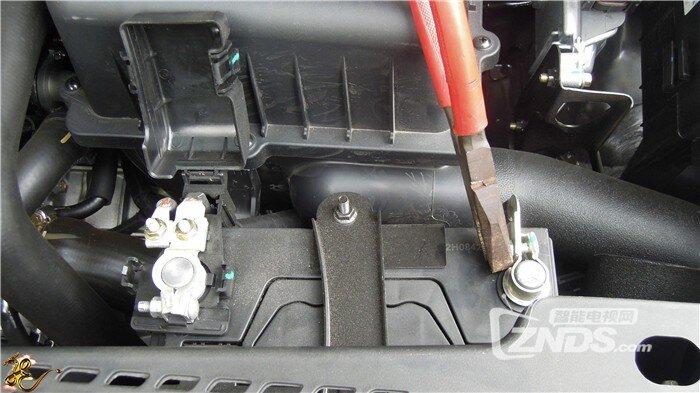电瓶的接线柱上,蓝色插头插入epower的汽车启动端口